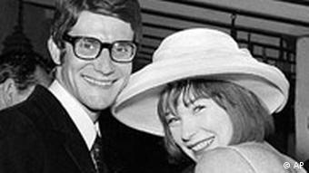 ایو سن لوران در کنار شرلی مکلین، هنرپیشه محبوب هالیوود در سال ۱۹۶۵