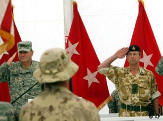 کارل آیکنبری (چپ): از فرمانده نظامی تا دیپلمات عالیرتبه. او که در مراسمی رسمی همراه با نیروهای ناتو در افغانستان دیده میشود، اینک سفیر آمریکا در افغانستان شده است