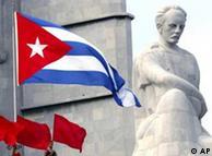 Bandera de Cuba junto a estatua de José Martí: esperando la señal de partida.