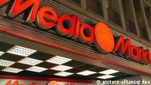 Außenansicht einer MediaMarkt-Filiale, aufgenommen am 08.01.2003 in Köln. Deutschlands größter Handelskonzern Metro, zu dem die Media Markt-Kette gehört, hat im Jahr 2002 zwar gegen den Branchentrend zugelegt, aber die eigene Umsatzerwartung verfehlt. Metro-Chef Hans-Joachim Körber hält dennoch das Ziel, das Ergebnis je Aktie um rund 10 Prozent zu steigern, nach wie vor für erreichbar. Der Umsatz des Düsseldorfer Unternehmens stieg nach vorläufigen Zahlen im vorigen Jahr um 4,0 Prozent auf 51,5 Milliarden Euro, wie Metro mitteilte. Metro blieb aber damit trotz eines sehr guten Weihnachtsgeschäftes unter den eigenen Prognosen. Noch im vergangenen Oktober hatte das Unternehmen ein Umsatzwachstum von 5 bis 5,5 Prozent angepeilt.