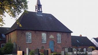 Ostfriesland Kirche Friedhof Foto: Bruno Taitson