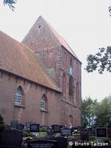 Ostfriesland Schiefster Turm Suurhausen Kirche Friedhof Foto: Bruno Taitson