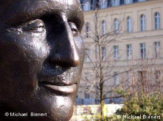 Distanz zu den Deutschen: Brecht-Denkmal in Berlin