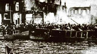 Ausstellung Erzwungene Wege Zentrum gegen Vertreibungen Flüchtlingsmassen drängten sich am Kai des brennenden Smyrna am 13.9.1922.