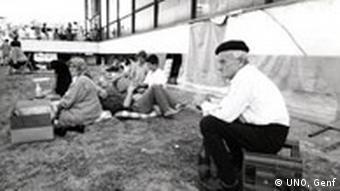 Ausstellung Erzwungene Wege Zentrum gegen Vertreibungen Alt und Jung warten auf den Transport ins Flüchtlingslager, Karlovac / Kroatien, 26.08.1992.