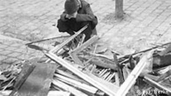 Ausstellung Erzwungene Wege Zentrum gegen Vertreibungen Vor der Flucht nach dem Westen – ein Junge nimmt Abschied von den Trümmern des Elternhauses, Lauban/Niederschlesien, 30.03.1945