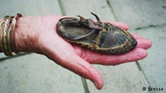 کفش یک کودک ارمنی، یافته شده در مسیری که ارمنیان را از آنجا از زادبوم خود راندند.