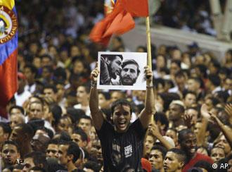 Un hombre levanta una fotografía de Fidel Castro, durante un concierto en honor del máximo líder con motivo de su 80 aniversario.