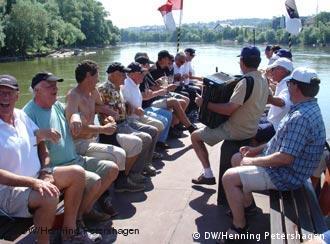 Жители Ульма на борту прогулочного теплохода на Дунае