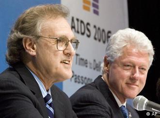 Stephen Lewis (l.) mit Bill Clinton beim Welt-Aids-Kongress in Toronto (13.-18.8.)
