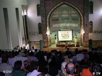 Podiumsdiskussion in einem religiös anmutenden Raum