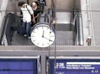 Vídeo feito na estação de Colônia mostra um dos suspeitos antes de deixar a mala no trem