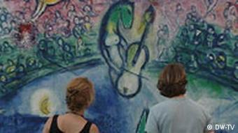 Молодой человек и девушка смотрятна картину Шагала