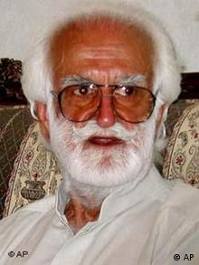 Anti-government Baluch tribal leader Nawab Akbar Bugti talks to reporters in this March 22, 2005 file photo at his hometown in Dera Bugti, Pakistan (AP Photo/Mohammad Farooq/File)