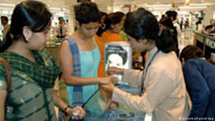 Indien Wirtschaft Symbolbild Kaufkraft Konsum kaufhaus Moderne inidsche Frauen (picture-alliance/ dpa)