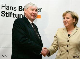 Angela Merkel (izq.) con Michael Sommer, presidente de la Federación Sindical Alemana: de acuerdo en cuanto a la importancia de la cogestión.