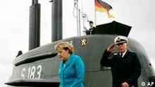Bundeskanzlerin Angela Merkel und der Inspekteur der Marine, Vizeadmiral Wolfgang E. Nolting, rechts, verlassen am Donnerstag, 31. August 2006, das U-Bootes U 33 der Klasse 212A im Hafen von Rostock-Warnemuende. Im Rahmen ihres Informationsbesuchs bei der Deutschen Marine wird die Bundeskanzlerin noch die Fregatte Sachsen besichtigen. (AP Photo/Heribert Proepper) ---Germany's Chancellor Angela Merkel and Chief-of-Staff Navy, Viceadmiral Wolfgang E. Nolting, right, leave the submarine U 33 of the 212A-class during the visit to the German Navy in Rostock-Warnemuende at the Baltic Sea, northern Germany, on Thursday, Aug.31, 2006. (AP Photo/Heribert Proepper)