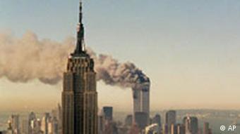 Das Empire State Building in New York, im Hintergrund die rauchenden Zwillingstürme (Foto: AP)