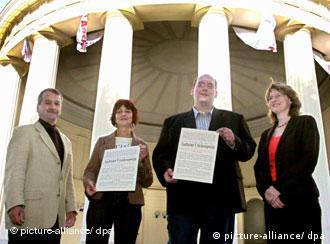 Los miembros de Hilfe für Menschen in Abschiebehaft reciben el Premio de la Paz de Aquisgrán 2006.