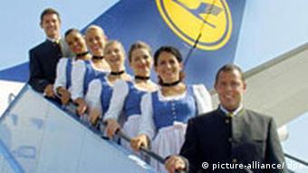 Lufthansa-Flugbegleiter in Tracht