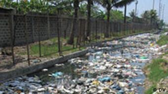 Schwimmernder Müll in einem Abwasserkanal von Manila (Philippinen)
