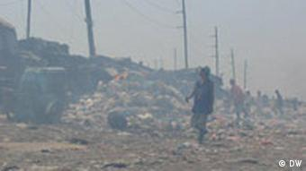In Rauch gehüllte Müllkippe in Manila