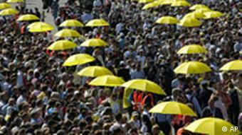 Papst in München, Priester teilen die heilige Kommunion aus