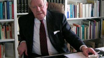 Helmut Schmidt in seinem Büro