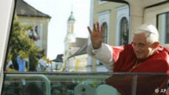 Papst Benedikt XVI. in Bayern - Papamobil Altötting