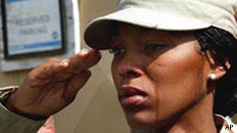 Alicia Watckins nga Uashingtoni përshëndet në ceremoninë e përvjetorit t 11 shtatorit në bazën ushtarake në Kabul.