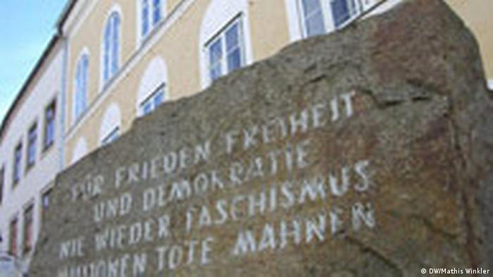 Mahnstein vor dem Geburtshaus Hitlers in Braunau (DW/Mathis Winkler)