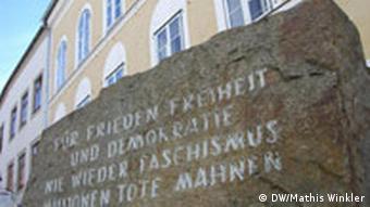 Mahnstein vor dem Geburtshaus Hitlers in Braunau
