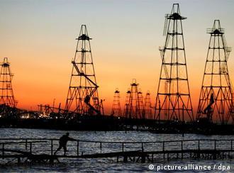 Torres de prospección de petróleo en Azerbaiyán: la crisis viene en el 2013.