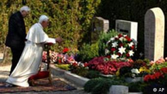 Jahresrückblick September 2006 Deutschland Papst Benedikt in Deutschland Pentling am Grab seiner Eltern