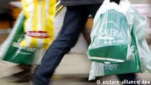 Mit zahlreichen Tüten in der Hand eilt ein Passant am 22.12.2003 über die Frankfurter Zeil. Zwei Tage vor dem Fest nutzten viele Menschen die Gelegenheit schnell noch ihre letzten Weihnachtseinkäufe zu erledigen