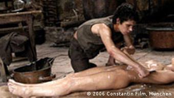 صحنهای از فیلم عطر که بر اساس رمان معروف پاتریک زوسکیند ساخته شده است