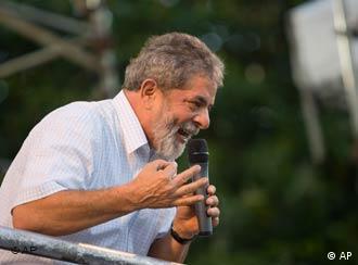 Segurando um microfone na mão esquerda, Lula discursa em palanque eleitoral em Feira de Santa, na Bahia