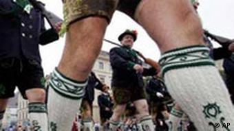 Ein Schützenverein in traditioneller Tracht zieht beim Münchner Oktoberfest durch die Innenstadt