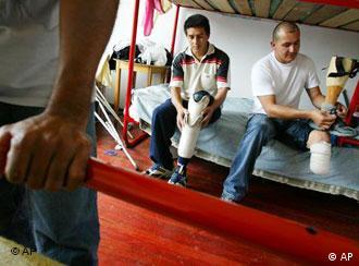 Los colombianos Jorge Pino y Alvaro Torres, víctimas de minas anti-persona.