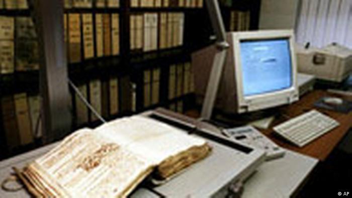 Jedna otvorena knjiga u Vatikanskom arhivu (AP)