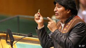 Evo Morales mit Koka-Blättern während seiner Rede vor der UN-Vollversammlung 2009 in New York (Foto: AP)
