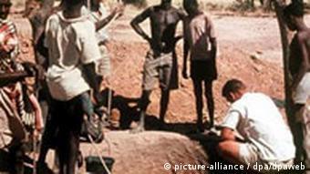 Unter der Anleitung deutscher Entwicklungshelfer haben Männer im Niger einen Brunnen gebaut (Foto: dpa)