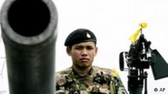 Soldaten bewachen wichtige Zufahrtstraße in Bangkok - beim Militärputsch 2006