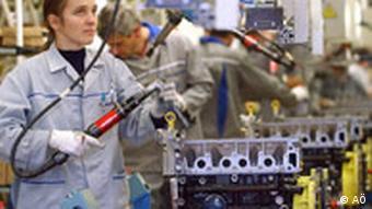 Eine Arbeiterin montiert den Motor für einen Dacia Logan im Werk in Mioveni, Rumänien.