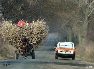 Ein Krankenwagen passiert ein Pferdefuhrwerk auf einer Strasse nahe Agighiol, Rumaenien, am 7. Dezember 2005. Die EU-Kommission legt am Dienstag, 26. September 2006, die Fortschrittsberichte zu Rumaenien und Bulgarien vor. Beide Laender wollen am 1. Januar 2007 der EU beitreten. (AP Photo/Vadim Ghirda) ** zu unserem Themenpaket **