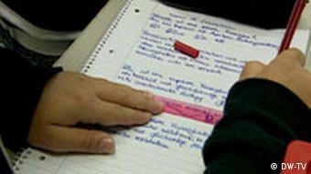 Ein Schulkind unterstreicht etwas in seinem Schulbuch (Foto: DW-TV)