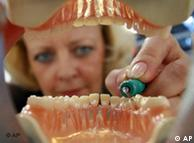 الٹرا سونک اسکیلر کی مدد سے دانتوں کی صفائی کی جا رہی ہے