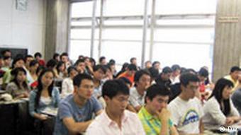 Schriftsteller Yu Hua aus China in Stuttgart Chinesische Studenten als Zuhörer und Fragensteller