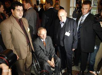 Líderes musulmanes rodean al ministro alemán del Interior, Wolfgang Schäuble (en silla de ruedas).