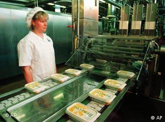 Immer mehr Esten arbeiten in Finnland. Im Bild eine Mitarbeiterin einer finnischen Margarinenfabrik.